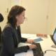 Kvinne på kontor jobber på laptop