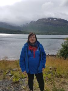 Liv Olaug Slettli med naturen i Gratangen i bakgrunnen