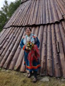 Liv Olaug Slettli - med kofte utenfor trelavvo