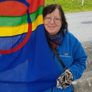 Liv Olaug Slettli holder et samisk flagg