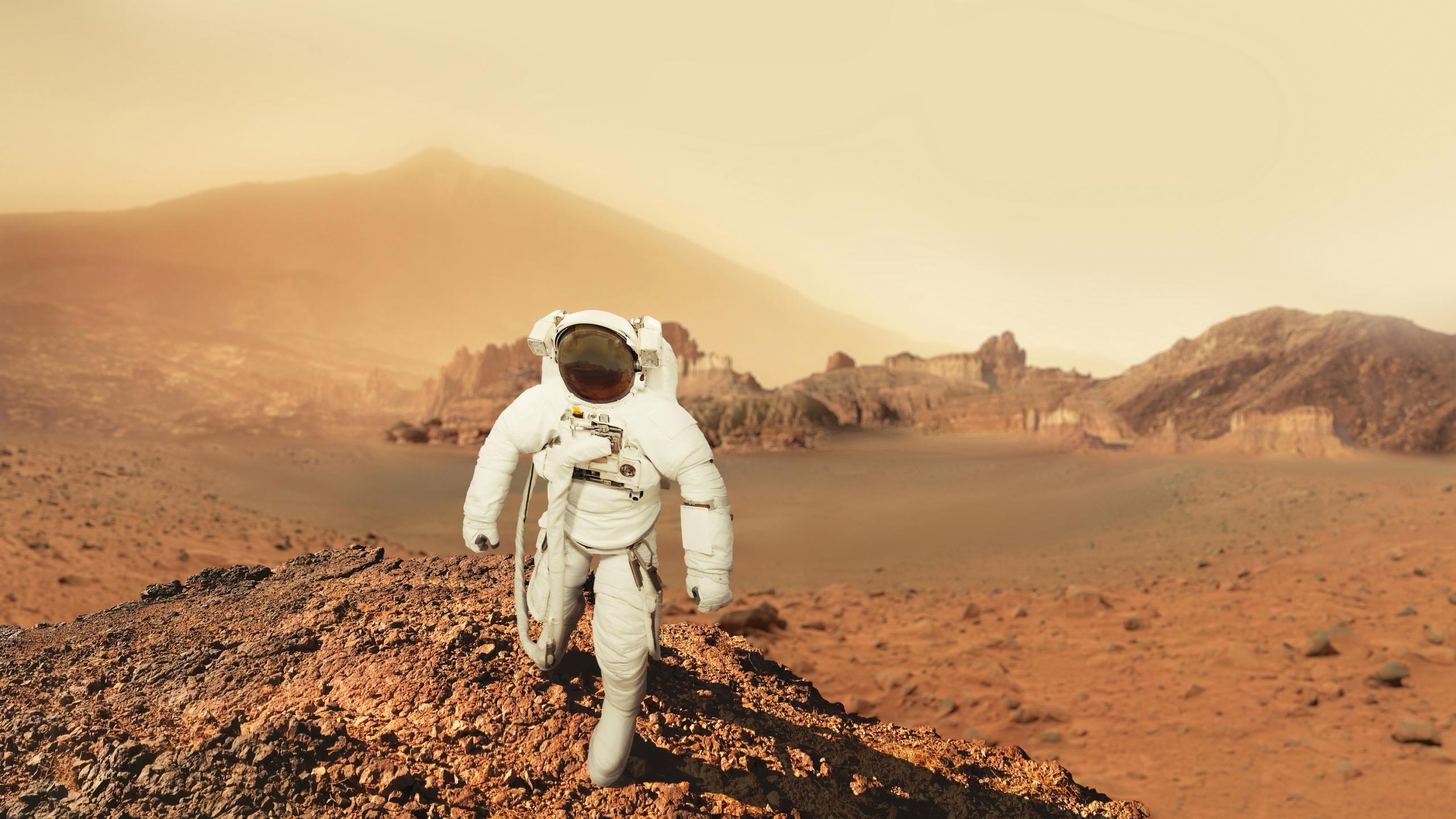 En i romdrakt går på planeten Mars