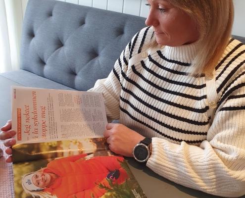 Linda Karina Wang ser på artikkel om seg i Allers