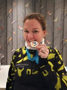 Kvinne biter i medaljen fra Walk AS One