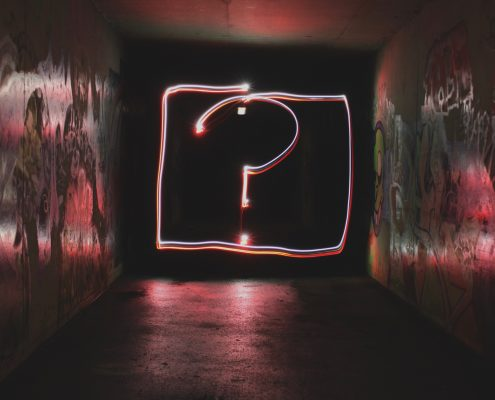 Stort spørsmålstegn i neonfarger i grafittiversjon