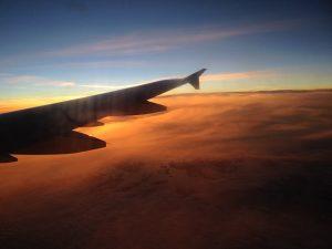 Flyvinge i solnedgang over skylaget