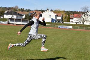 Nora Kollerød Wold løper på gress