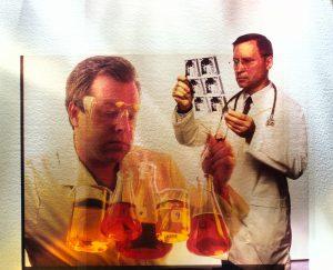 Forskere ser på røntgenbilder og reagensglass