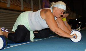 Kvinne trener på gulvet