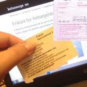 Gult og rosa frikort ved siden av hverandre foran PC-skjerm