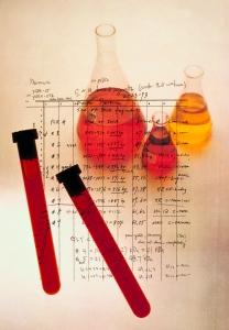 Reagensrør og kolber med rødaktige væsker
