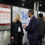 Lillann Wermskog og Marco Garrido-Cumbrera i samtale foran posterpresentasjon av ATLAS-studien
