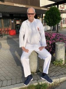Dr. Glenn Haugeberg utenfor hovedinngangen til Sørlandet Sykehus