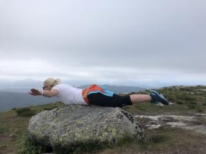 Kvinne tar planken på en stein