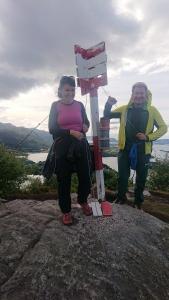 Margrethe og Robin på toppen av Leirvågfjellet