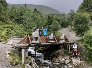 To ungdommer ved de tre bukkene Bruse over elva