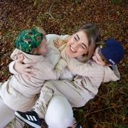 Malin leker på bakken med de to sønnene