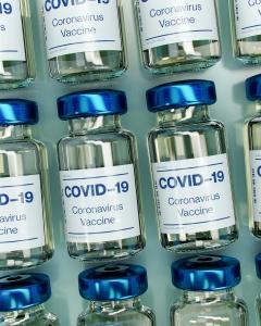 Mange glass merket med COVID-19 koronavirus vaksine
