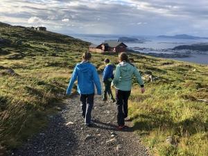 Gruppe mennesker på tur i naturskjønne omgivelser