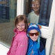 Barnebarna på utsiden og Tone Solbjørg Dagsloth på innsiden av vinduet på sykehuset