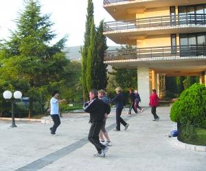 Morgentrim for gruppe utenfor Institutt Igalo