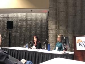 Eileen Davidson og Dr. Anna Kratz prater under ACR-konferansen