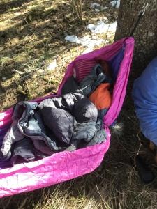 Lite barn sover i sovepose i hengekøye