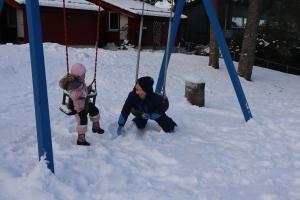 To barn leker på+ huskestativ