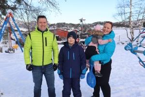 Iselin med mann og barn ute i vinterklær