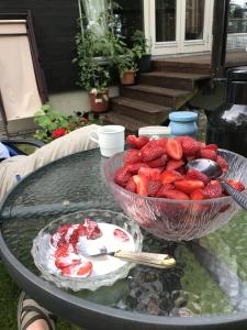 Skål med jordbær hjemme i hagen