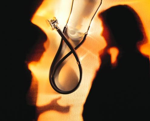 Lege og pasient i silhuetter med stetoskop mellom seg