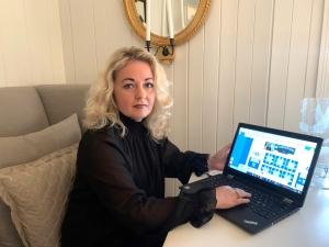Lillann Wermskog på hjemmekontor med laptop