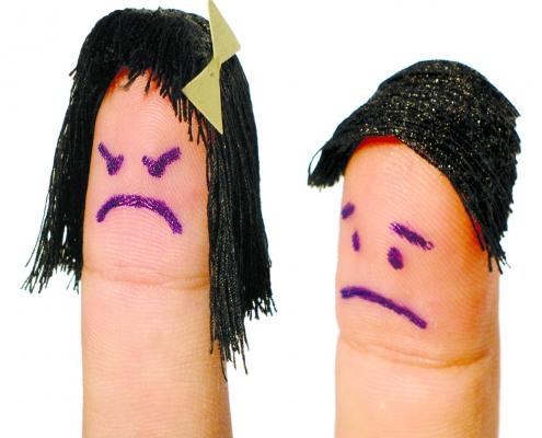 To fingre kledd ut som hunn og hann som er sure