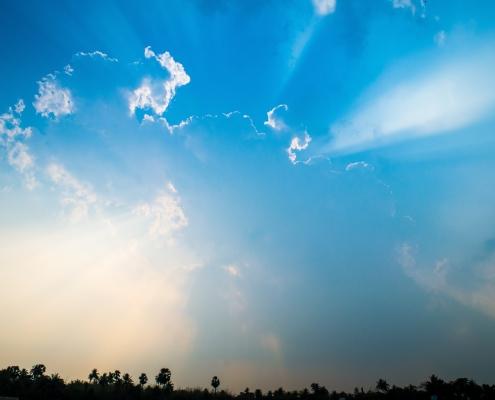 Blå himmel med skyformasjoner