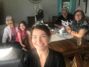Fire generasjoner med tiara på hodet