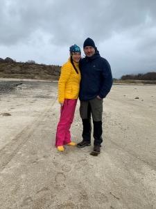 Par i venterklær på en stor strand
