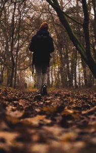 Mann går i skog