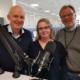 Sven Ivar Lønneid, Monica Bremtun-Olaussen og Ivar Grøndahl foran en mikrofon