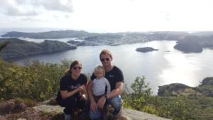 Par med barn og fjordutsikt bak