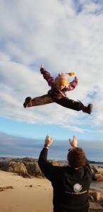Mann kaster datter høyt opp i luften