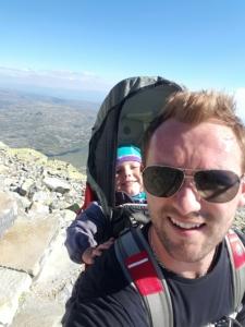 Stian Tollisen med barn i bærmeis på fjelltur