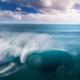Stor blå bølge på havet