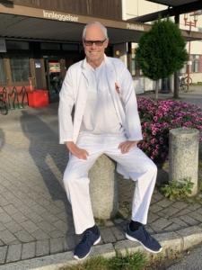 Bilde av Dr. Glenn Haugeberg utenfor Sørlandet sykehus
